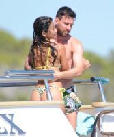 巴萨没夺冠不影响梅西!与苏亚雷斯伊比萨岛度假 与爱妻秀恩爱
