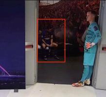 梅西领袖气质再受质疑!半场瘫坐板凳 低头无言
