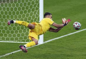 雕塑般的多纳鲁马是如何让英格兰众多点球好手难受的?